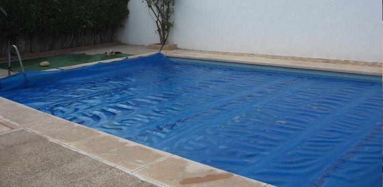 Cobertores de burbujas para piscinas ideales para el verano for Cobertores para piscinas